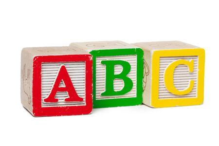 Blocs de l'alphabet en bois isolés sur fond blanc