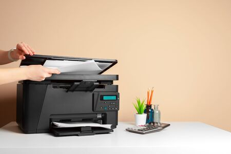Woman using the printer to scanning and printing document 版權商用圖片 - 141445124