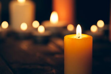 bougies allumées dans l'obscurité sur fond noir. notion de commémoration. Banque d'images