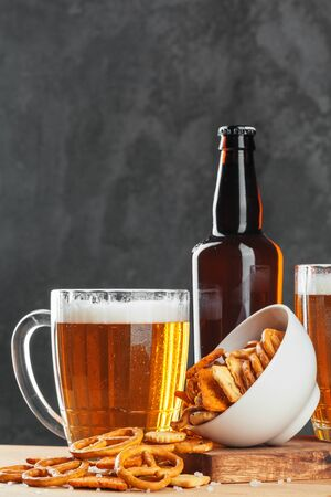 Beer glass with bretzel and dried sausages snacks close up. creative photo. 版權商用圖片 - 142084903