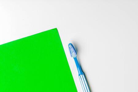 toothbrush on green background, dental care concept. creative photo. Zdjęcie Seryjne - 142503077