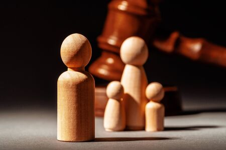 Wooden toy family and judge mallet. Family divorce concept 版權商用圖片 - 148069134