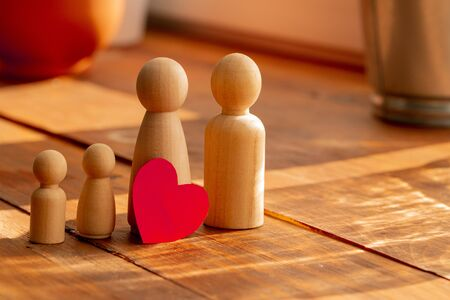 Small wooden figures of family members. Family relationship symbol 版權商用圖片 - 148069331