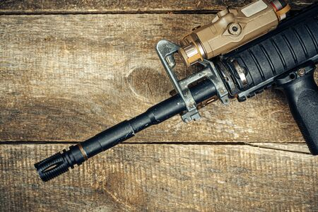 Barrel of modern automatic rifle on wooden surface close up Foto de archivo - 150555890