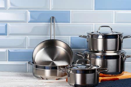 Set of aluminum cookware on kitchen counter 免版税图像