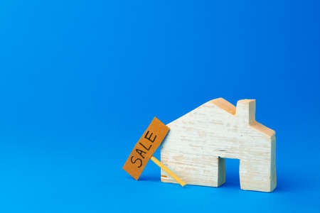 Wooden house model and for sale sign 版權商用圖片