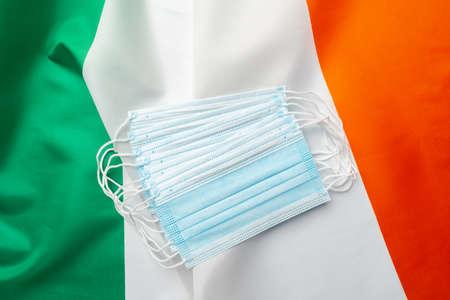 Medical face masks on flag of Ireland Banque d'images