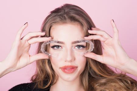Mobiel orthodontisch apparaat voor tandcorrectie. Orthodontische apparaten. Close-up van vrouw houdt transparante tanden aligner in de hand. Tandenhouder voor het verbeteren van de beet in de hand van een mooi meisje. Tanden zorgen.
