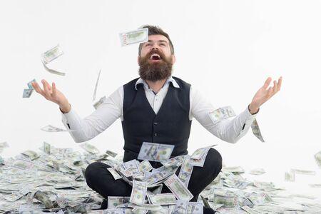 Zakenman dollars gooien. Dollars regenen. Miljonair man.