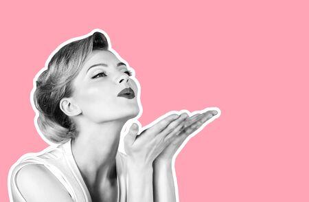 Hautpflege, Haarpflege, Schönheitskonzept - Frau mit perfekter Haut, rote Lippen, die Handkuss blasen. Schönes Mädchen, das leeren Kopienraum auf offener Handpalme für Text zeigt. Kopieren Sie Platz für Werbung für Schönheitssalon