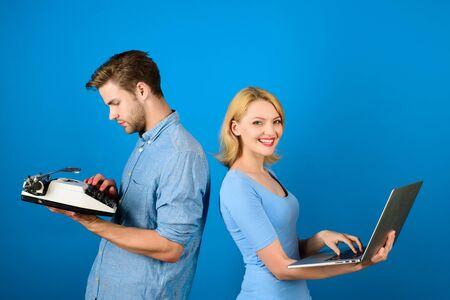 Futur et passé. Femme avec ordinateur portable. Homme avec machine à écrire. L'ancien contre le moderne. Banque d'images