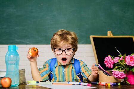 Terug naar school. Verraste jongen in glazen. Huiswerk. Lessen. School onderwerpen. Wetenschap. Onderwijsconcept. Schooljongen. nerd. Lagere school. School lunch. Stockfoto