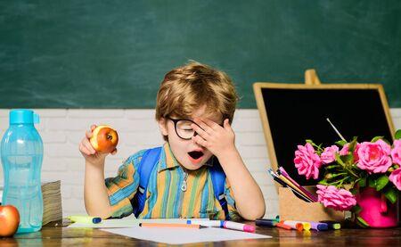 De vuelta a la escuela. Chico con gafas. Palma de la cara. Tarea. Lecciones. Materias escolares. Ciencias. Concepto de educación. Colegial. Nerd. Escuela primaria. Almuerzo escolar.