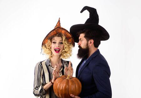 Pareja de Halloween con sombreros de Brujas con calabaza. Jack o lantern. Jóvenes vestidos de fiesta de Halloween. Preparación de las vacaciones de Halloween. Concepto de celebración y fiesta. 31 de octubre. Magia para Halloween