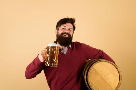 Brewer. Handsome bearded man drinking beer. Equipment for preparation of beer. Brewery concept. Man tasting draft beer. Beer pub and bar. Man holds mug of beverage. Happy brewer holds glass with ale Banco de Imagens - 129287703