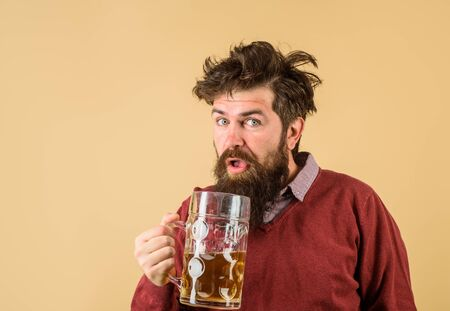 Oktoberfest festival. Tasting fresh brewed beer. Brewer holds glass with craft beer. Brewery concept. Man with beer of mug. Alcohol. Male brewer holds glass with beer. Oktober fest. Barman. Brewer Stockfoto
