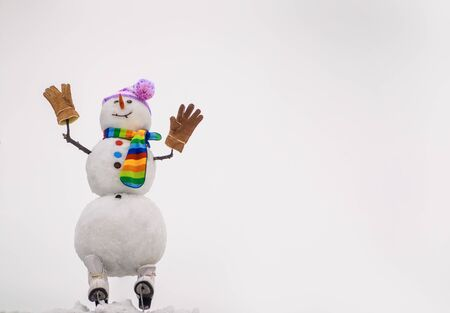Christmas and winter fashion. Happy holiday celebration. Christmas snowman in hat, scarf, gloves with ice skating. Merry christmas and happy new year greeting card. Happy snowman in winter landscape Stockfoto
