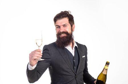 Geschäftsmann hält Flasche und Glas Champagner. Schöne Grüße. Champagner jubeln. Mann im Anzug Firmenfeier. Geschäftsfeier. Geschäftsmann trinkt Sekt. Feiern Sie den Erfolg. Champagner-Toast