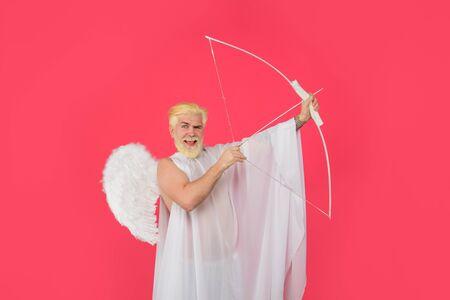 La saint Valentin. Cupidon de la Saint-Valentin avec des ailes. Cupidon tire une flèche. Carte postale pour la Saint Valentin. Cupidon. Cupidon souriant avec arc et flèche