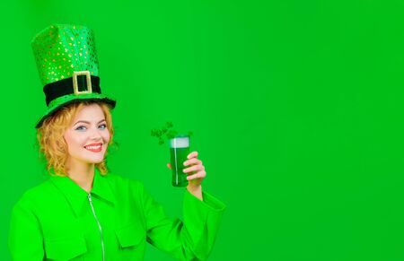 St Patrick's Day celebration. Green beverage with clover. Irish Traditions. St Patricks Day. Woman drink beer. Spring festival. Girl in green leprechaun hat drinking green beer. Patrick Day pub party Standard-Bild