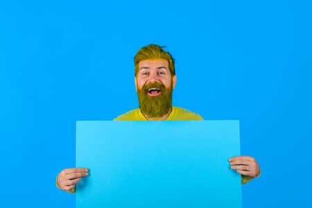 Happy man holding advertising board. Advertising. Sale. Online shopping. Advertising banner. Seasons sale. Discount. Black friday. Copy space for text Standard-Bild