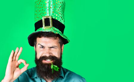 Okay gesture. Smiling man in Leprechaun hat show sign ok. Green hat with clover. Saint Patrick having fun. Ireland traditional. Bearded man in green hat celebrate Patricks Day. St Patrick's Day Party 版權商用圖片