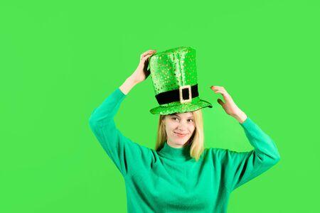 St Patrick's Day. Happy girl in green hat celebrate Patricks Day. Traditions of Saint Patrick Day. Leprechaun. Smiling girl. Blonde girl in Leprechaun costume. Green leprechaun. Green hat with clover 版權商用圖片