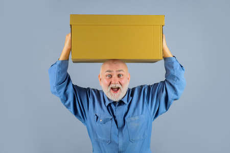 Happy man holds cardboard box. Bearded man carry boxes. Delivery from shop. Delivery service. Shipment. Delivery concept. Delivery man with boxes 版權商用圖片 - 164281859