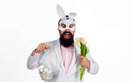 Man in rabbit mask with Easter basket eggs and flowers. 版權商用圖片 - 164281938