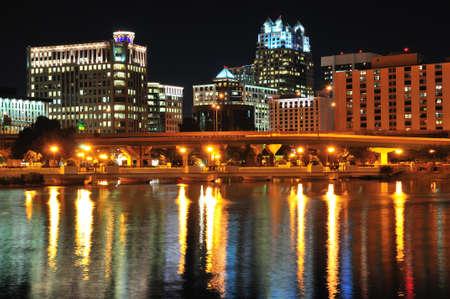 Night shot van downtown Orlando uit Lake Lucerne Stockfoto
