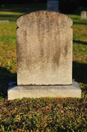 Lege graf steen in een begraafplaats klaar voor tekst