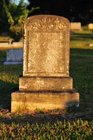 Warm licht geworpen op de grafsteen met geen naam gegraveerd