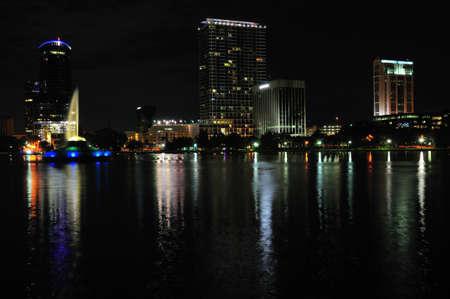 Nacht schot van centrum Orlando, Florida op de noordwestelijke hoek van Lake Eola