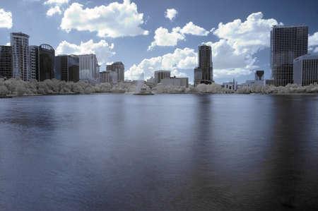 Infrarood shot van het centrum van Orlando, Florida geconfronteerd met de westelijke kant van Lake Eola. Stockfoto