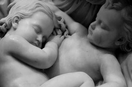 Zwart-wit opname van twee slapende kinderen Stockfoto