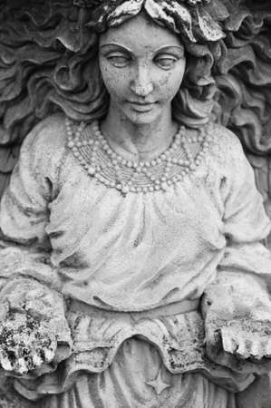 Oude vrouwelijke standbeeld met handen uitgestrekt voor haar