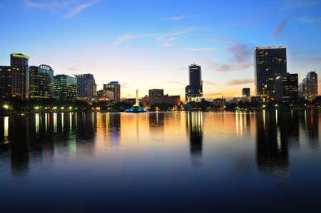 Shot van de binnenstad van Orlando van Lake Eola net na zons ondergang Stockfoto