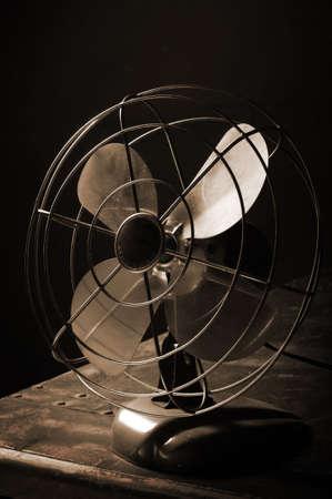 Sepia toned shot van een bureau van antieke elektrische ventilator