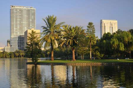 Shot van de binnenstad van sommige Orlando gebouwen van Lake Eola Park