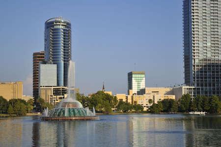 Schot van Lake Eola fontein en gebouwen in Downtown Orlando, Florida