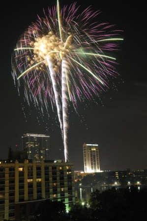 Fireworks op de vierde juli over Lake Eola in Downtown Orlando, Florida