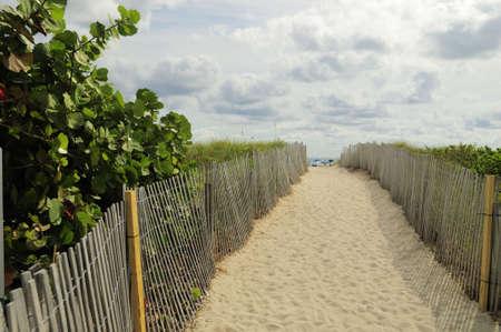 Een pad in het Duin voor toegang tot het strand van Miami South Beach