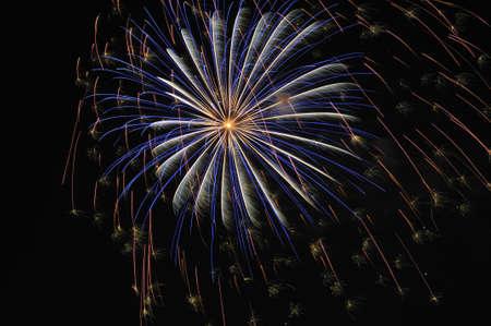 Close-up shot van een exploderende tegen een donkere hemel vuurwerk Stockfoto