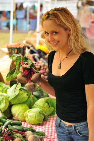 campesino: Celebraci�n de vegtables en el mercado de un agricultor de mujer joven Foto de archivo