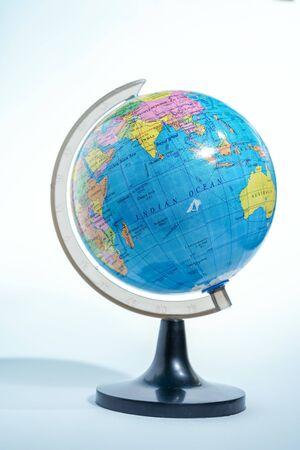globe terrestre isolé contre fond blanc Banque d'images