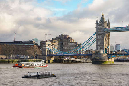 Tower Bridge, London on a Cloudy Day Editoriali