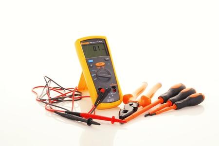 test probe: Apparecchiature elettriche per la riparazione di appartamento su sfondo bianco