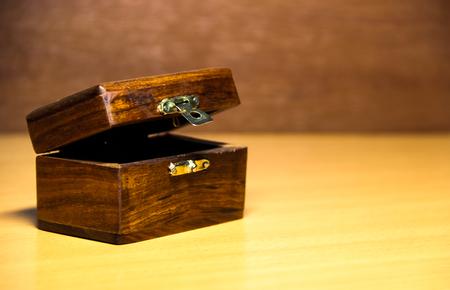 Ouvrir coffre en bois Banque d'images - 67872572