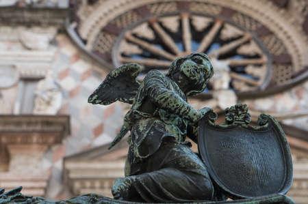 Ángel con un escudo como una valla elemento decorativo Capilla Colleoni. Bérgamo. Italia Foto de archivo