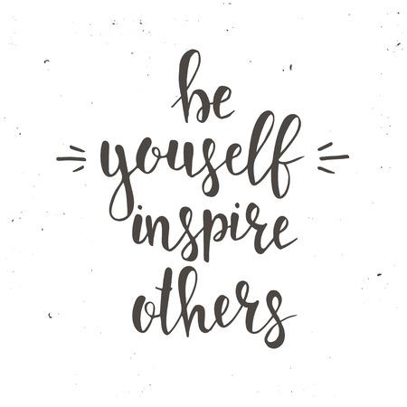 Sii te stesso ispirare gli altri. T-shirt mano lettered disegno calligrafico. Inspirational tipografia vettore. Illustrazione vettoriale. Vettoriali